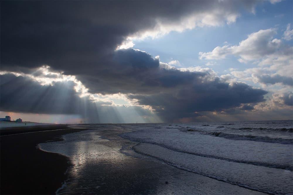 Foto van de kustlijn van Scheveningen met jacobsladders.
