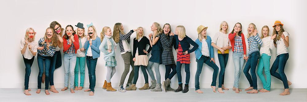 Groepje tieners in drie verschillende outfits en aan elkaar zijn geshopt.