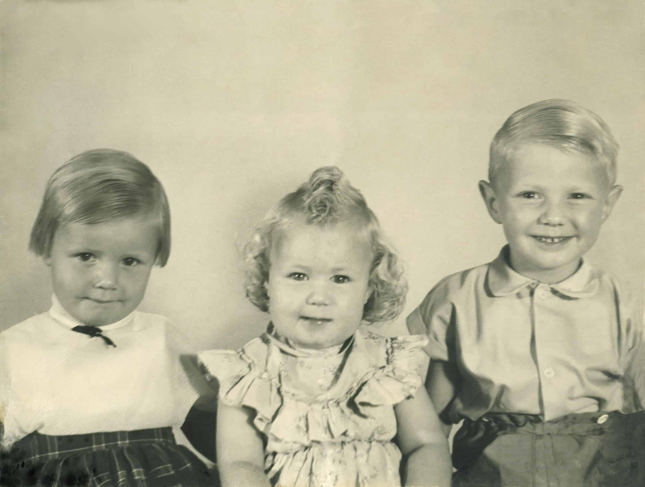 De oude foto van drie kinderen en doormidden was is hier gerepareerd.