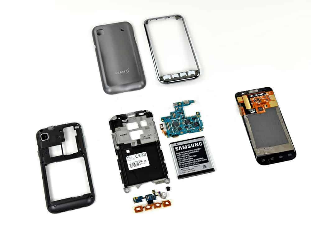 Een in lagen uit elkaar gehaalde Samsung telefoon.