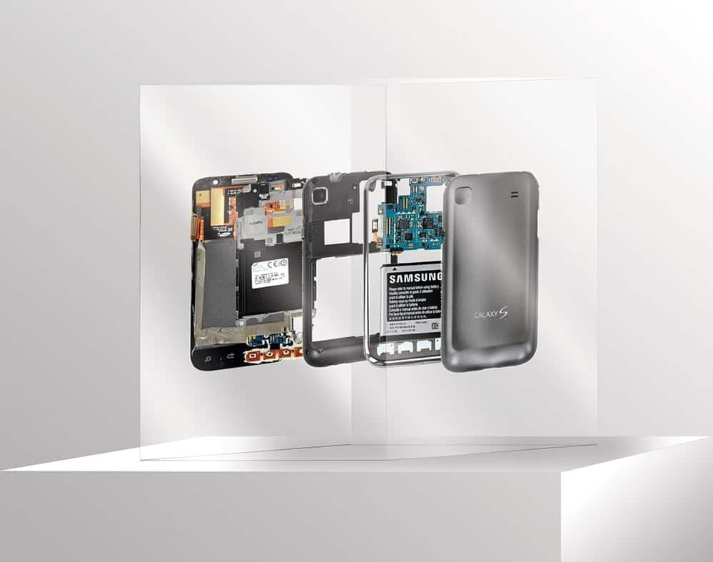 Dit is een staatje beeldbewerking voor Samsung. In epoxy gegoten Samsung S4 hangen in vijf lagen achter elkaar en staat op een kolom.