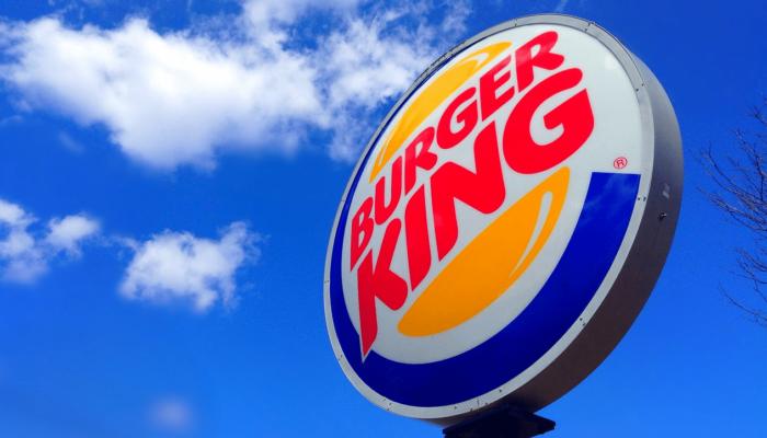 Lichtreclame op paal van de hamburgerketen Burger King.